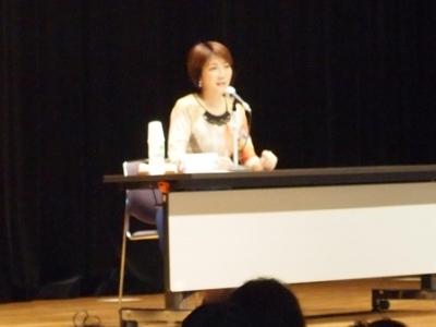 講演中の向井亜紀さん